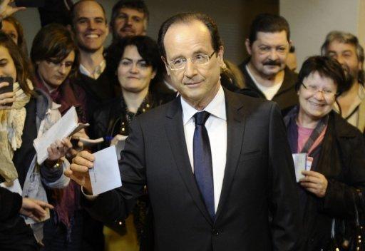 المرشح الاشتراكي للانتخابات الرئاسية الفرنسية فرنسوا هولاند يدلي بصوته في تول في 6 ايار/مايو 2012 (اف ب, فريد دوفور)